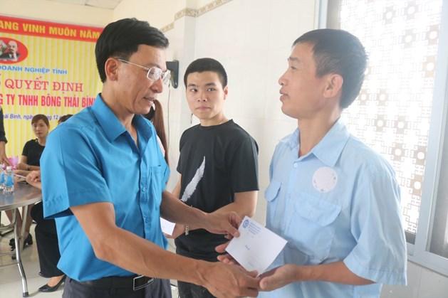 Đồng chí Nguyễn Thanh Bình – Phó Chủ tịch LĐLĐ tỉnh trao quà cho công nhân thuộc công ty TNHH Bông Thái Bình. Ảnh: Bá Mạnh