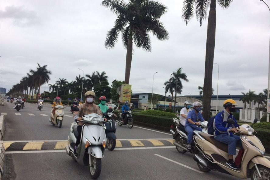 Xe máy là phương tiện đi lại chủ yếu của công nhân. Trong ảnh: Công nhân lao động Khu công nghiệp Thăng Long (Đông Anh, Hà Nội) trở về nhà sau giờ làm việc (ảnh minh họa). Ảnh: Trần Kiều - Bảo Hân