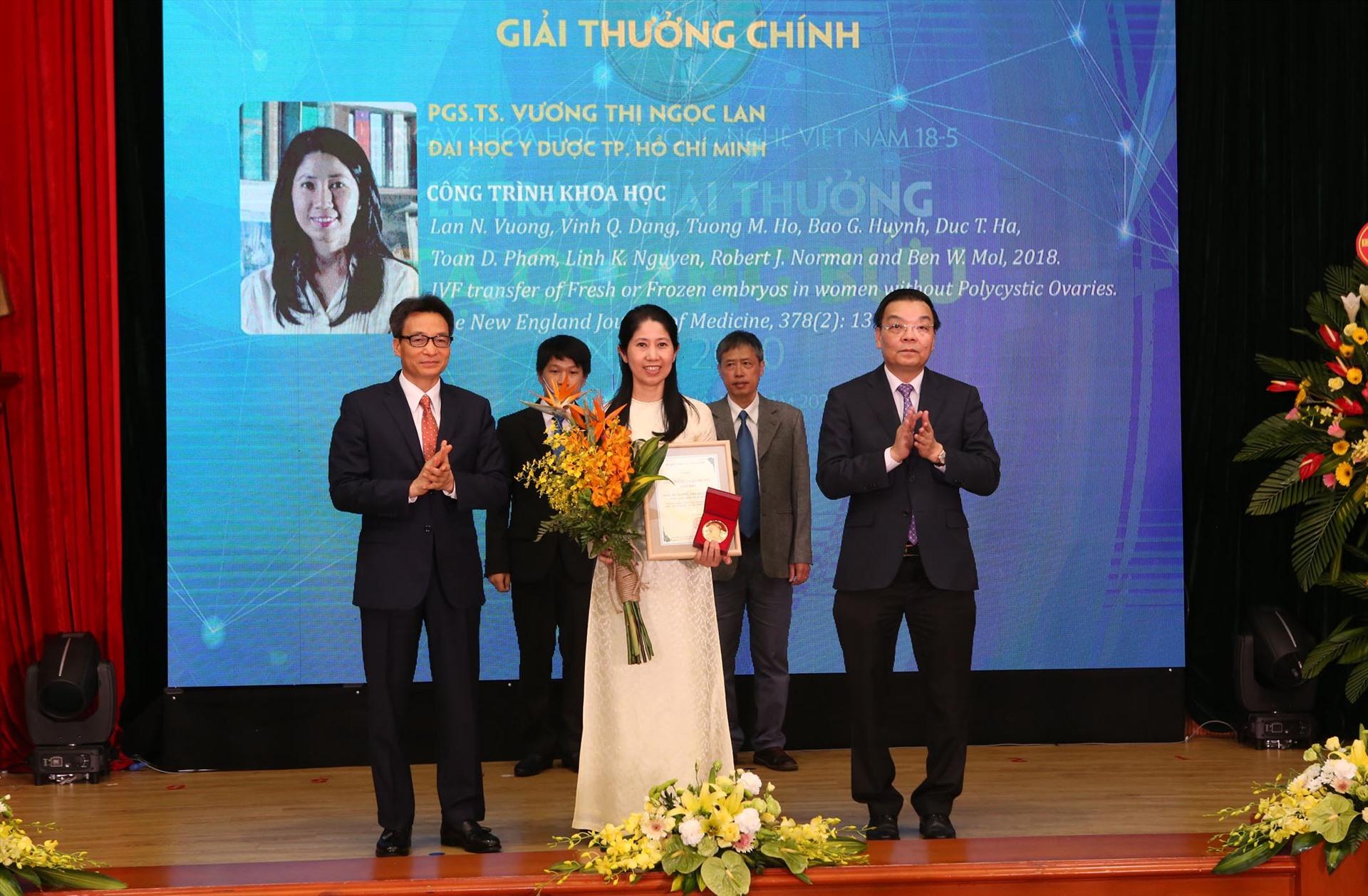 Phó thủ tướng Vũ Đức Đam (ngoài cùng bên trái) và Bộ trưởng Bộ KH&CN Chu Ngọc Anh (ngoài cùng bên phải) trao giải thưởng Tạ Quang Bửu cho PGS.TS Vương Thị Ngọc Lan. Ảnh: PV