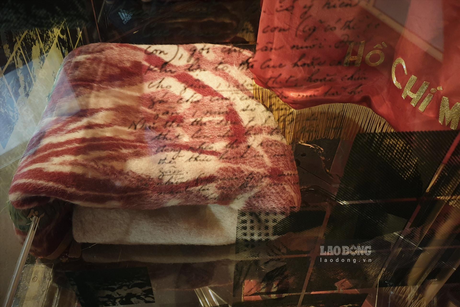 Chiếc chăn len Chủ tịch Hồ Chí Minh dùng trong thời kỳ kháng chiến chống thực dân Pháp xâm lược.
