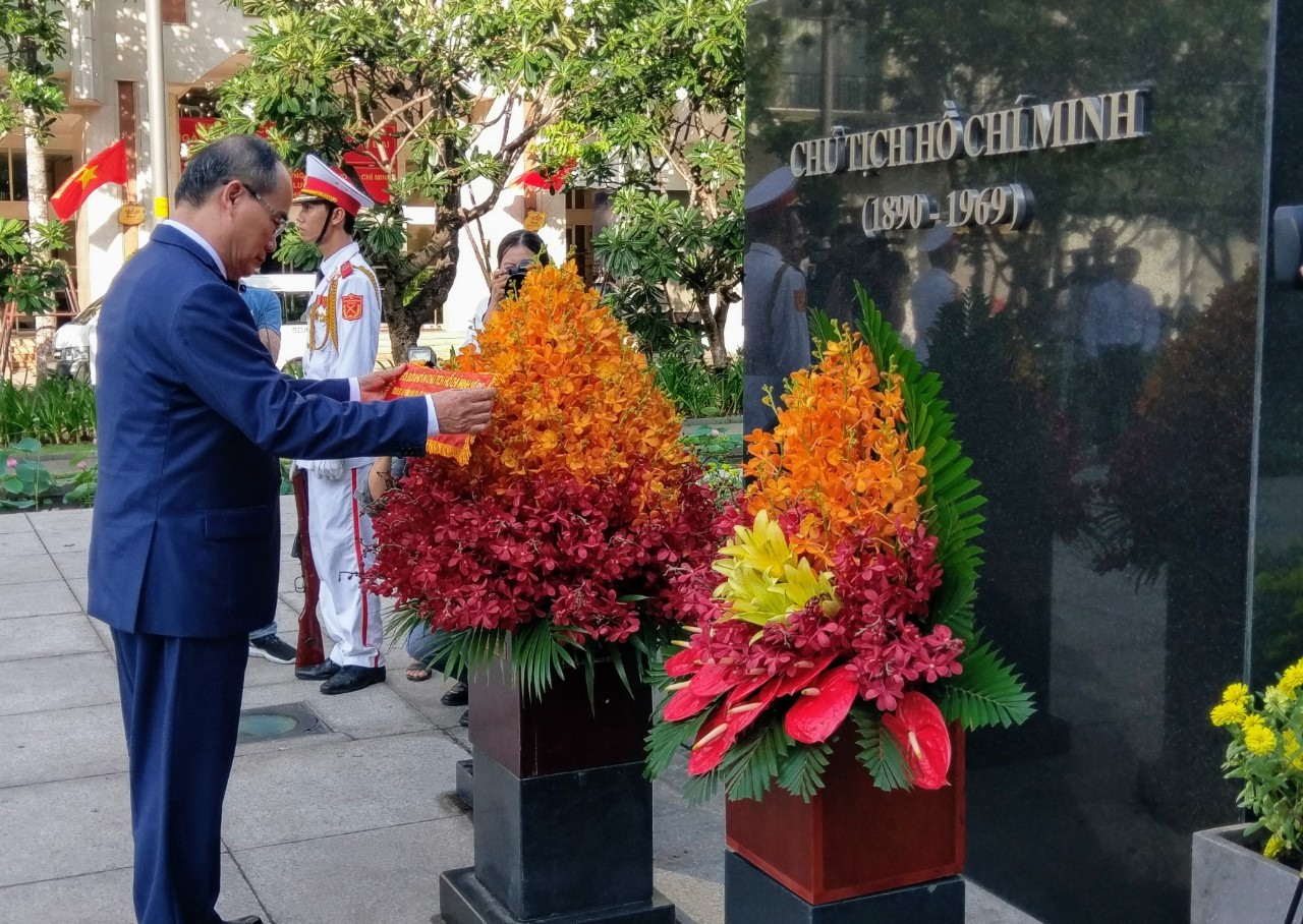 Bí thư Thành ủy TPHCM Nguyễn Thiện Nhân dâng hoa tưởng nhớ Bác tại Tượng đài Chủ tịch Hồ Chí Minh.  Ảnh: Minh Quân