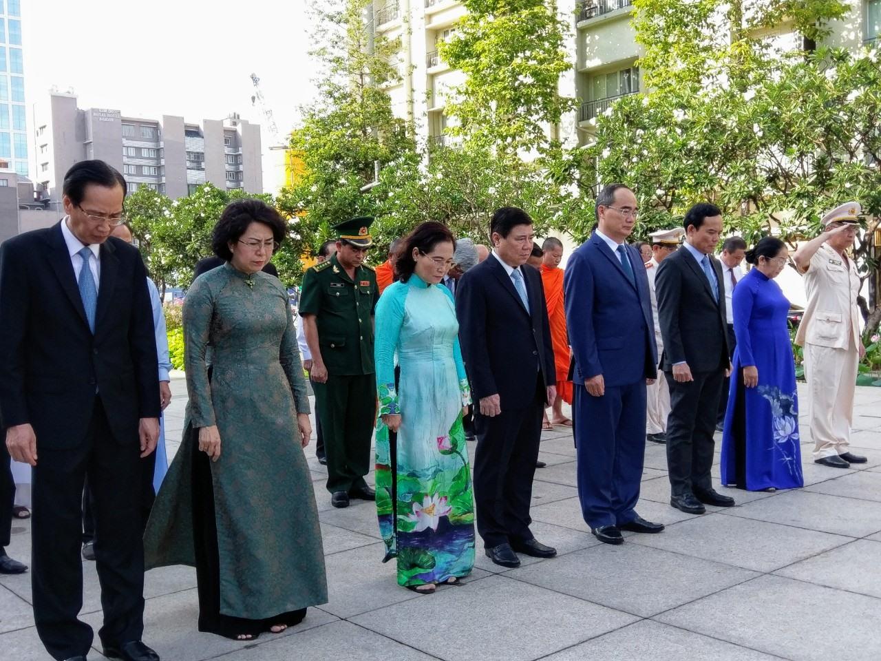 Trong không khí trang nghiêm, đoàn đại biểu dành 1 phút mặc niệm tưởng nhớ Chủ tịch Hồ Chí Minh.  Ảnh: Minh Quân