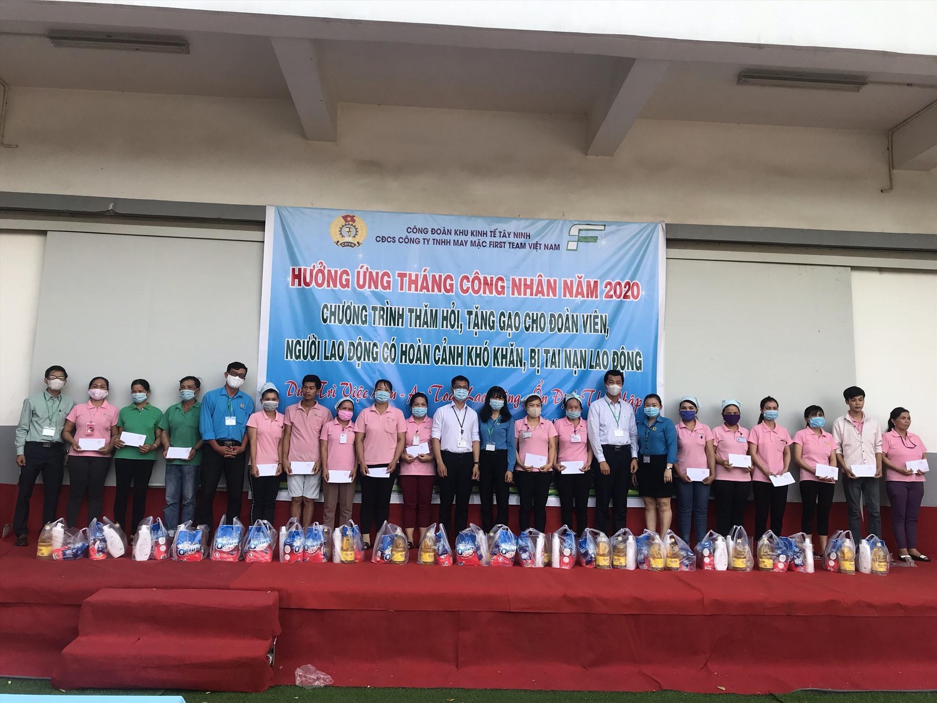 Công đoàn cơ sở công ty TNHH may mặc First Team Việt Nam trao tặng quà cho CNLĐ.