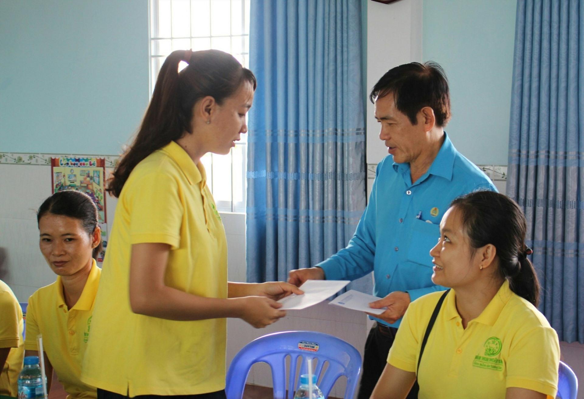 Chủ tịch LĐLĐ tỉnh Đồng Tháp Trần Hoàng Vũ tặng quà cho đoàn viên Trường Mầm non - Tiểu học tư thục bán trú Ngôi Sao. Ảnh: Trung Hiếu