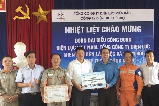 Phó Chủ tịch Công đoàn Điện lực Việt Nam Đỗ Đức Hùng (thứ 3 từ phải sang) tặng quà công nhân Điện lực Phú Thọ. Ảnh: Đắc Cường