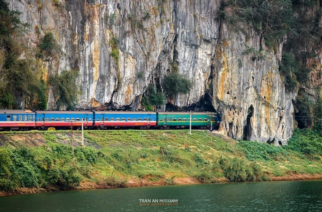 Tàu hỏa vào hầm qua núi ở Lệ Sơn. Ảnh: Trần An