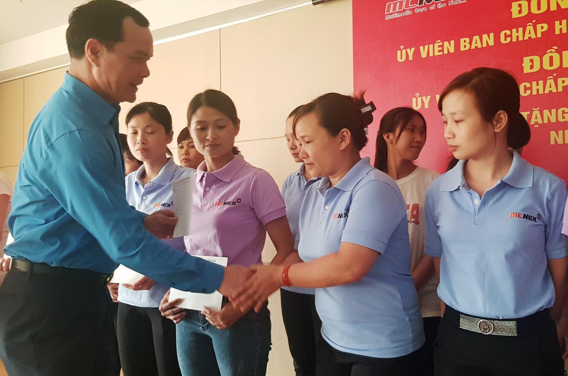 Đồng chí Nguyễn Đình Khang, Chủ tịch Tổng LĐLĐ Việt Nam tặng quà cho CNLĐ tại Cty TNHH Mcnex Vina. Ảnh: NT
