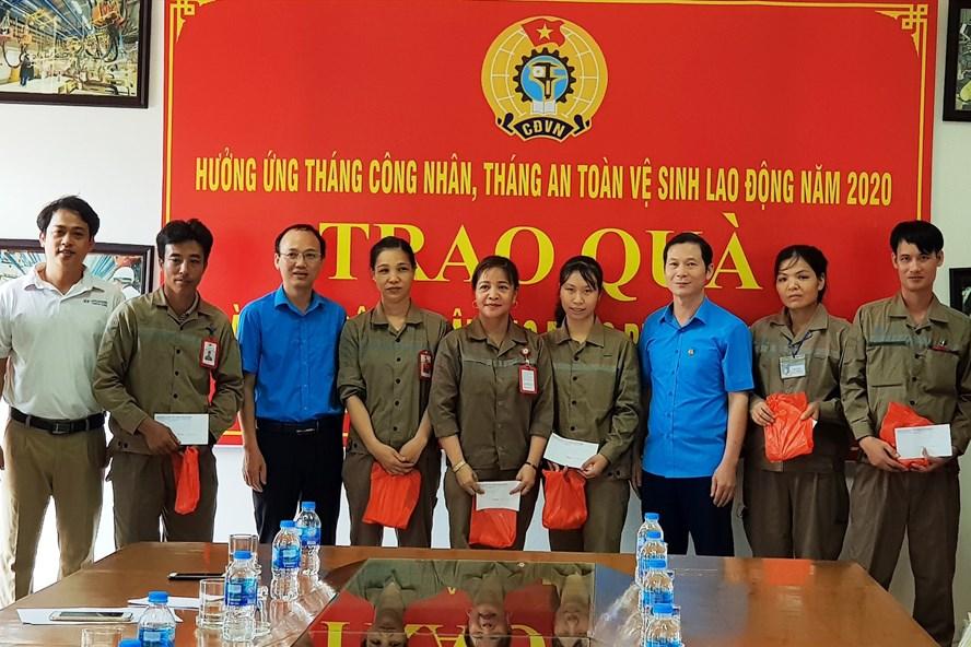 Đại diện lãnh đạo LĐLĐ và CĐ các KCN tỉnh Ninh Bình trao quà hỗ trợ cho các đoàn viên, CNLĐ bị tai nạn. Ảnh: NT