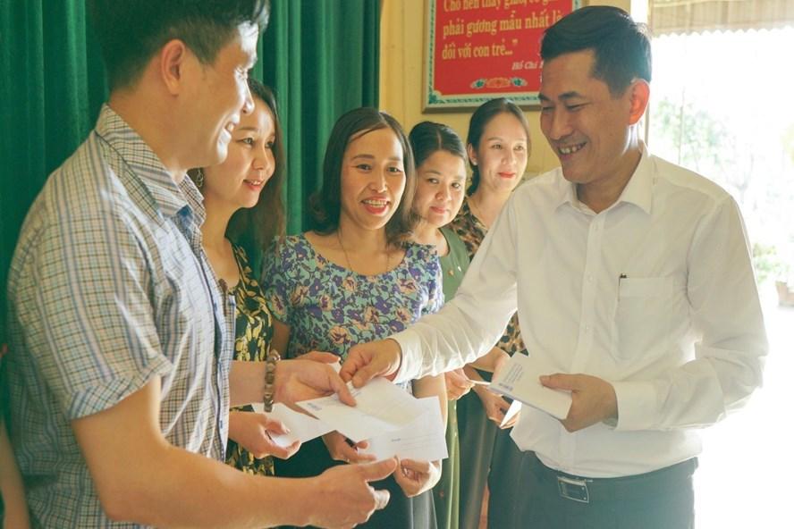 GS.TS Thái Văn Thành - Giám đốc Sở GDĐT Nghệ An tặng quà cho cán bộ, giáo viên. Ảnh: Xuân Hải
