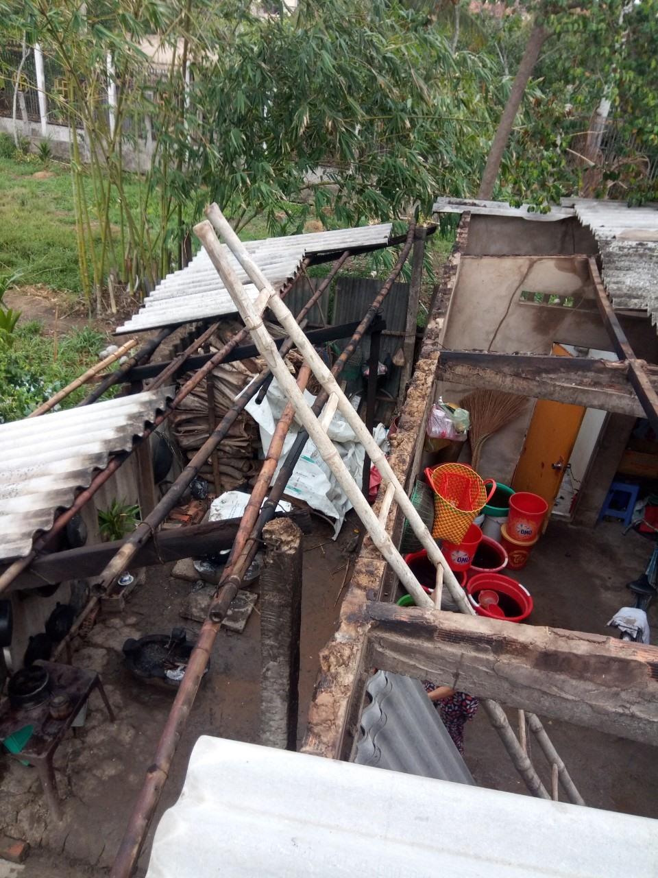 Căn nhà của giáo viên Dương Thái Hồng bị hư hỏng nặng do ốc xoáy. Ảnh: L.N.Đ