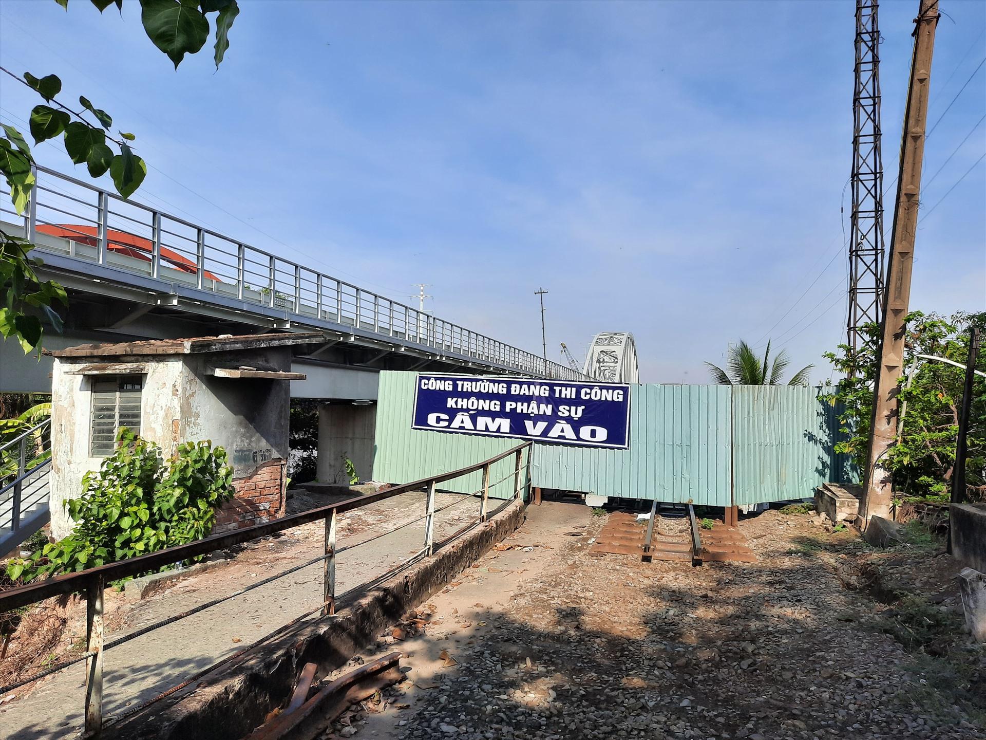 Thông báo cấm người vào khu vực đường sắt Bình Lợi cũ được dán to, rõ. Ảnh Minh Khang
