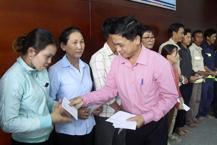 Ông Nguyễn Mạnh Hùng – Chủ tịch Liên đoàn Lao động tỉnh Bình Định trao quà cho công nhân tại Công ty CP Phú Tài. Ảnh: N.Tri