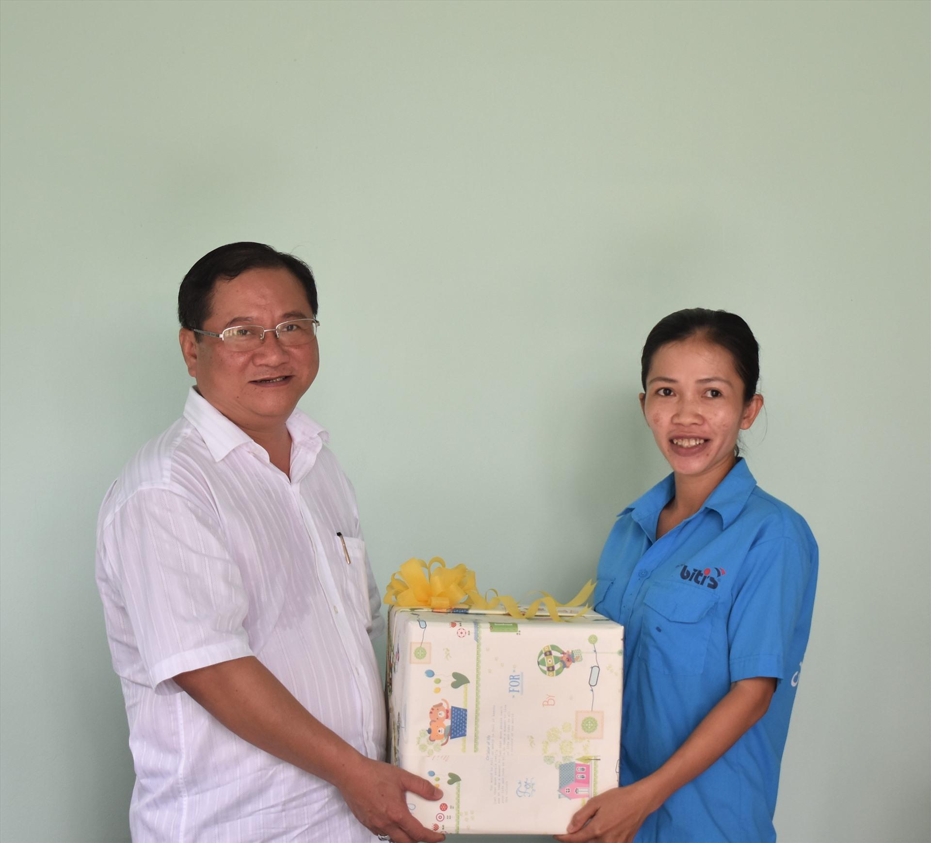 Ông Trần Quốc Vũ - Bí thư Quận ủy Bình Thủy (TP.Cần Thơ) trao quà và động viên chị Nguyễn. Ảnh: Thành Nhân