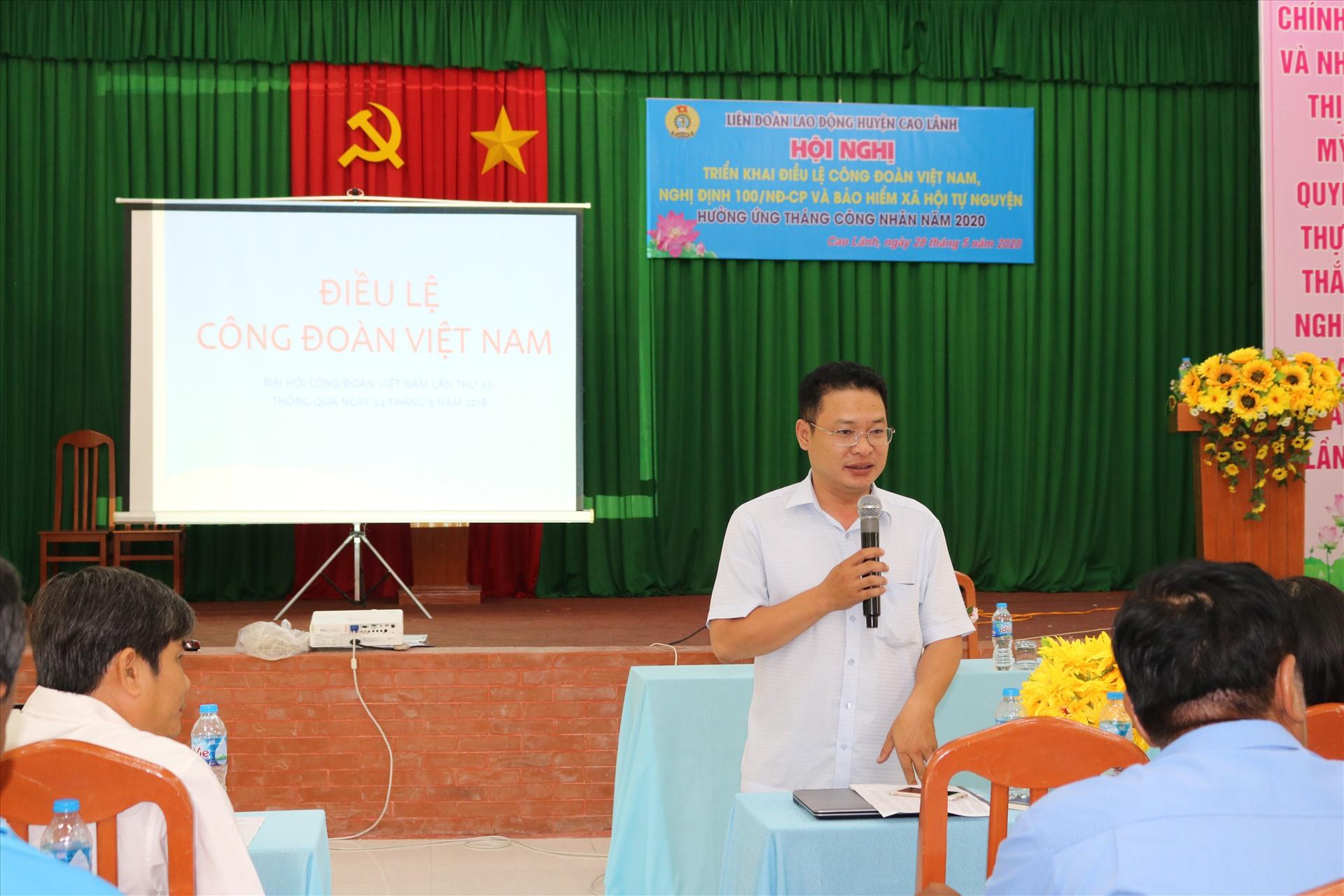 Đồng chí Đoàn Văn Đông - Giám đốc BHXH huyện Cao Lãnh chia sẻ các chính sách về BHXH. Ảnh: HL