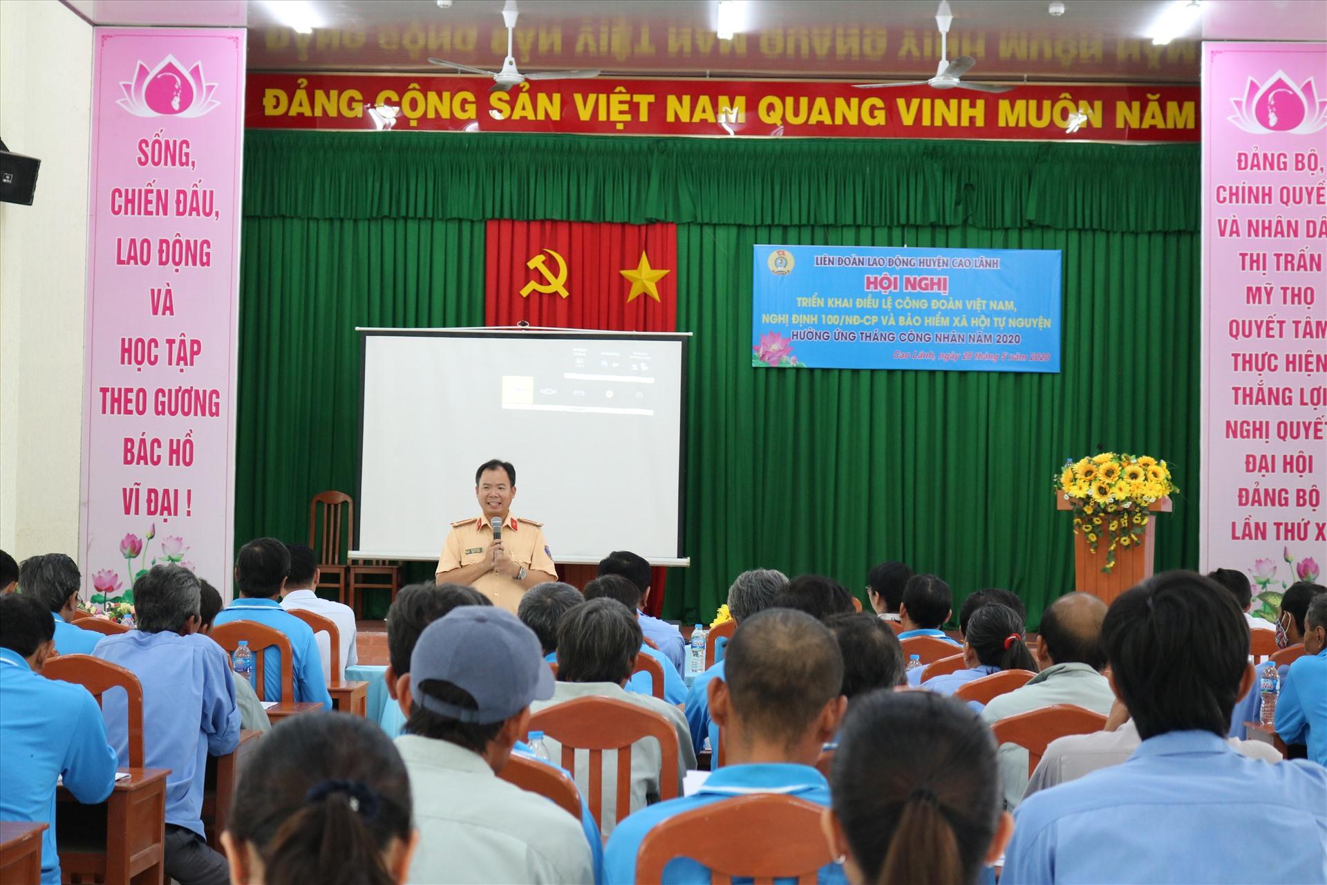 Đồng chí Nguyễn Văn Út - Đội phó đội CSGT đường bộ đường sắt công an huyện Cao Lãnh tuyên truyền Nghị định 100/2019/NĐ-CP.  Ảnh: HL