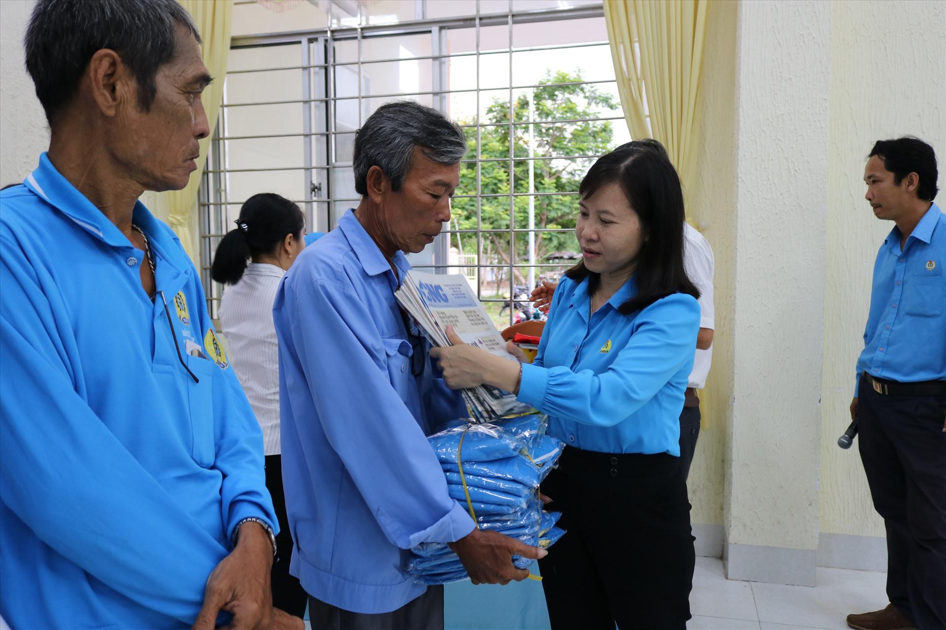 Chủ tịch LĐLĐ huyện Cao Lãnh Phạm Thị Xuân Mai trao tặng đồng phục và Báo Lao động cho đoàn viên nghiệp đoàn. Ảnh: HL