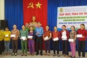 LĐLĐ Hoà Vang: Trao quà hỗ trợ cho đoàn viên nhân Tháng Công nhân 2020