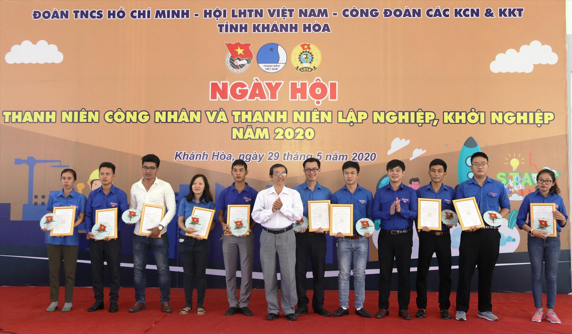 Lãnh đạo Tỉnh đoàn Khánh Hòa trao quyết định thành lập 10 chi đoàn kinh tế tư nhân năm 2020. Ảnh: Phương Linh