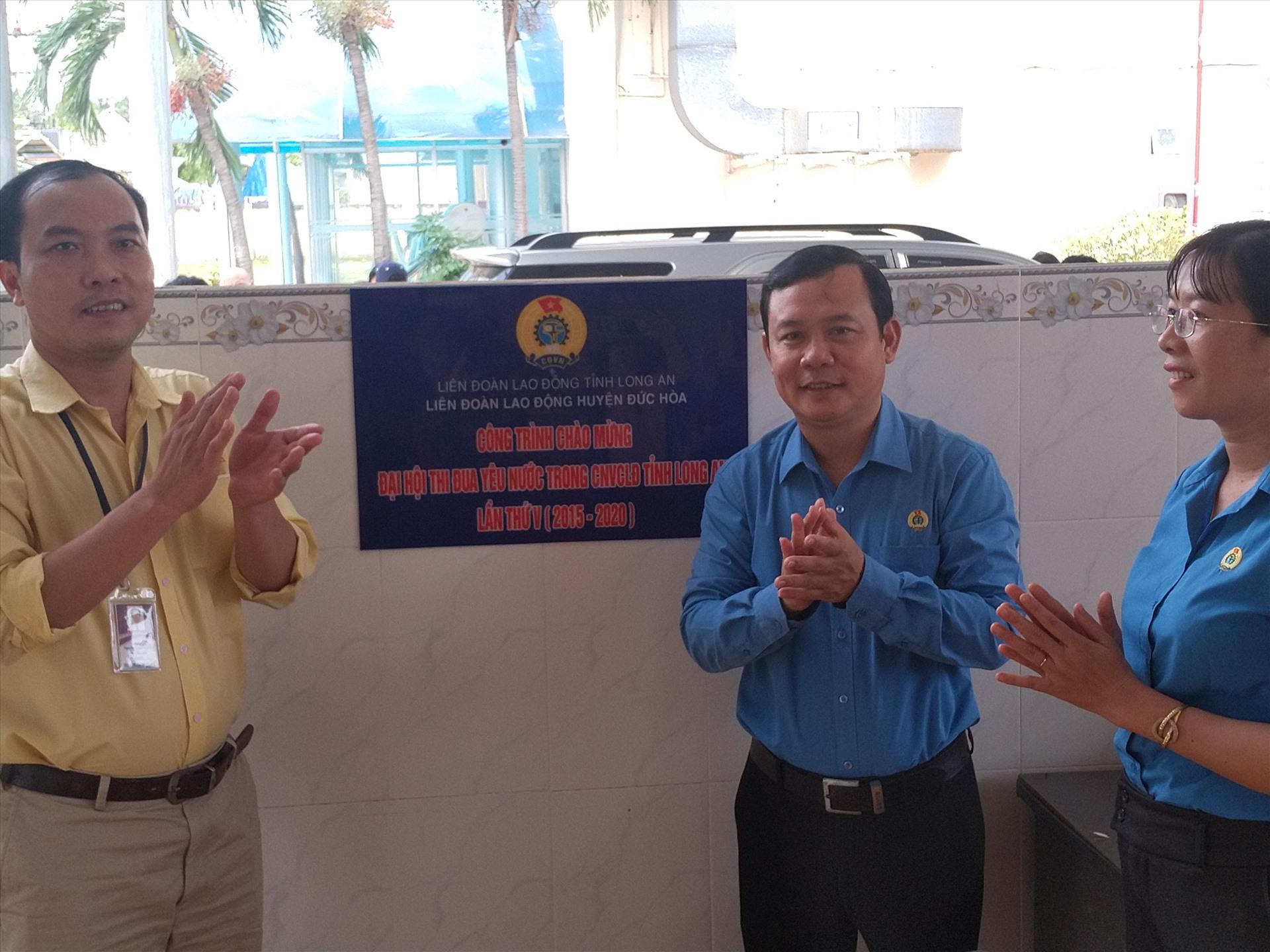 Ông Hồ Văn Xuân thực hiện nghi thức gắn biển công trình. Ảnh: K.Q