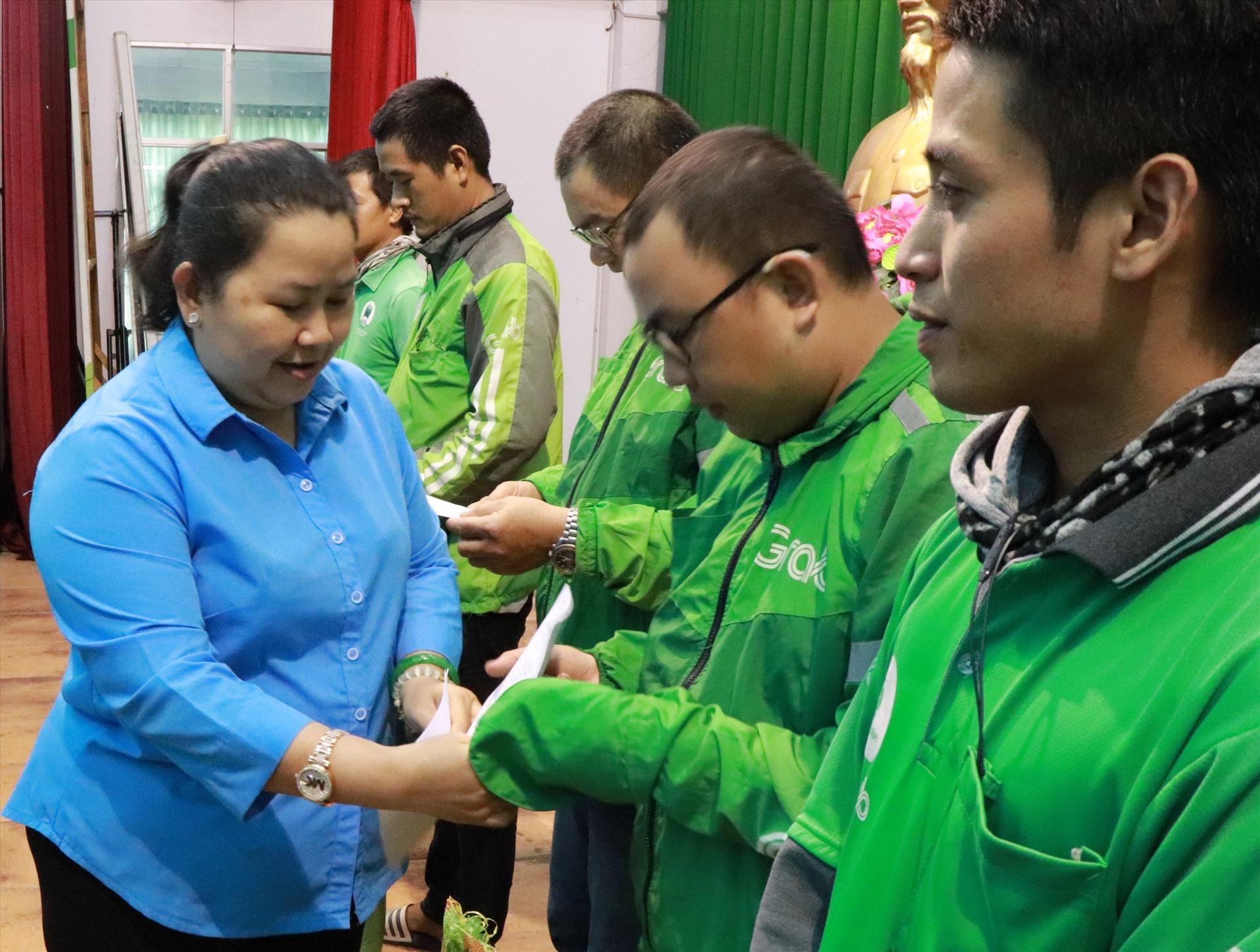 Bà Lê Thị Kim Thúy, Phó Chủ tịch LĐLĐ TPHCM, tặng quà các đoàn viên Nghiệp đoàn xe ôm công nghệ. Ảnh Đức Long.