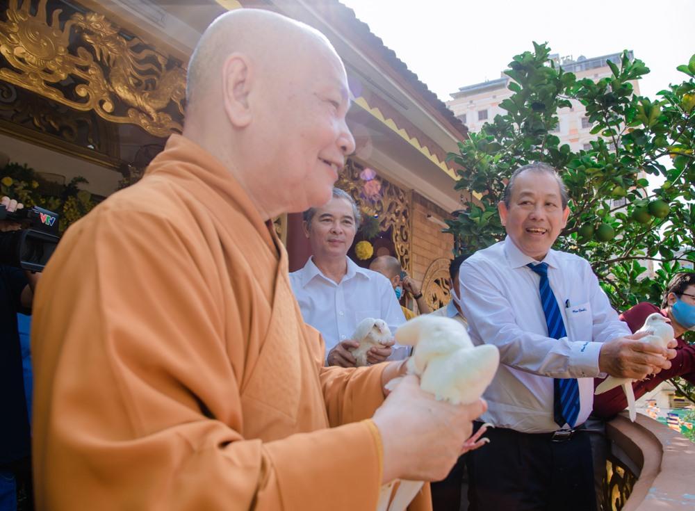 Phó Thủ tướng thả chim bồ câu cầu nguyện hòa bình. Ảnh: Đăng Huy