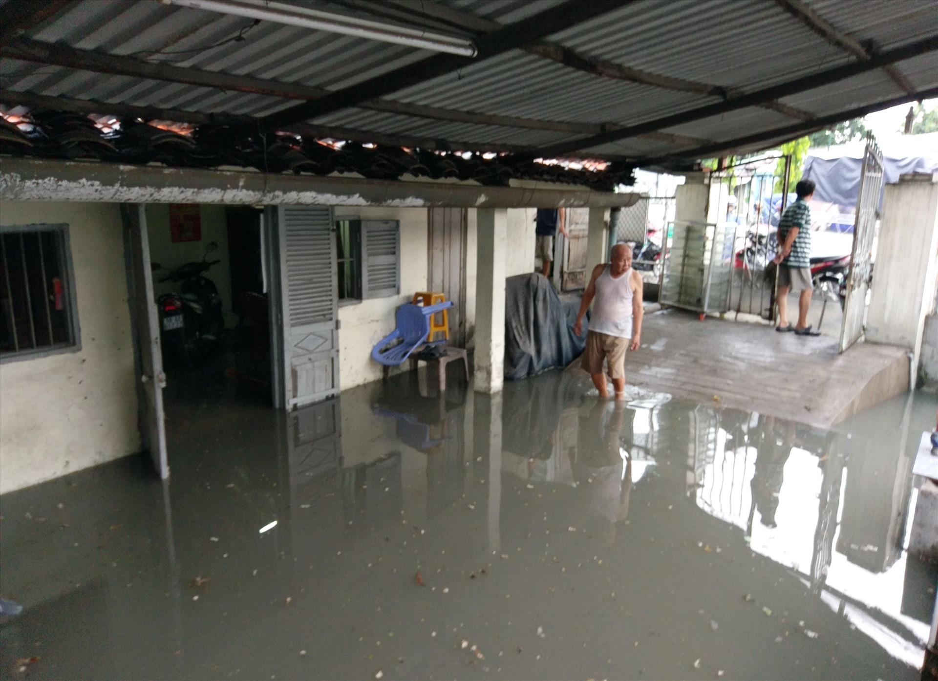 Một nhà dân trên đường Tô Ngọc Vân bị nước ngập sâu. Ảnh: Minh Quân