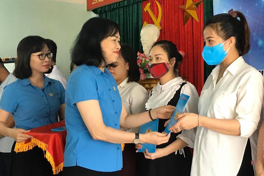 93 lao động mang thai, nuôi con nhỏ, hoàn cảnh đặc biệt bị ảnh hưởng việc làm bởi dịch COVID-19 được nhận hỗ trợ từ LĐLĐ TP Hải Phòng. Ảnh Mai Dung