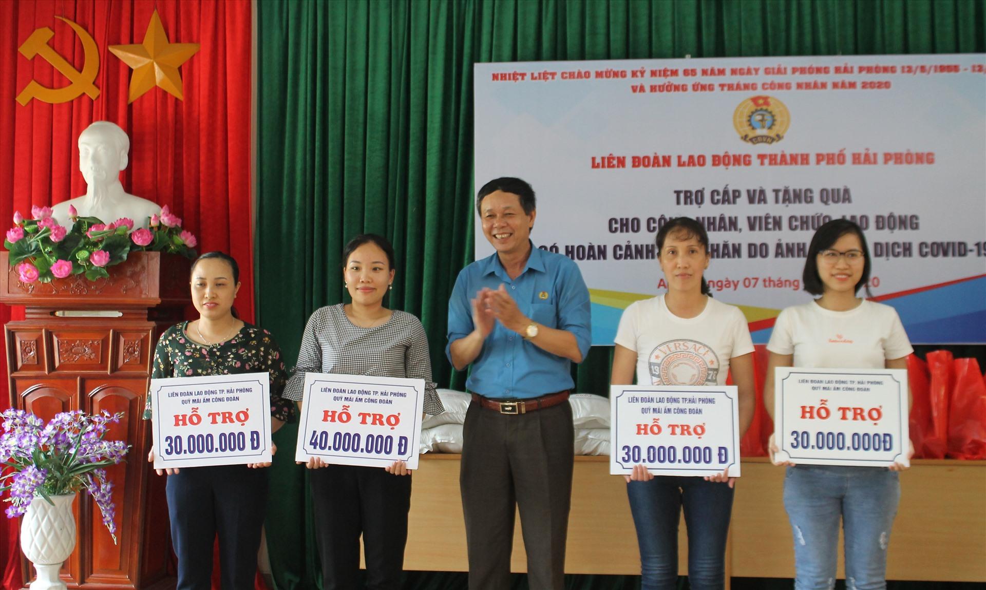 4 đoàn viên hoàn cảnh khó khăn được nhận hỗ trợ kinh phí xây nhà Mái ấm Công đoàn. Ảnh Mai Dung