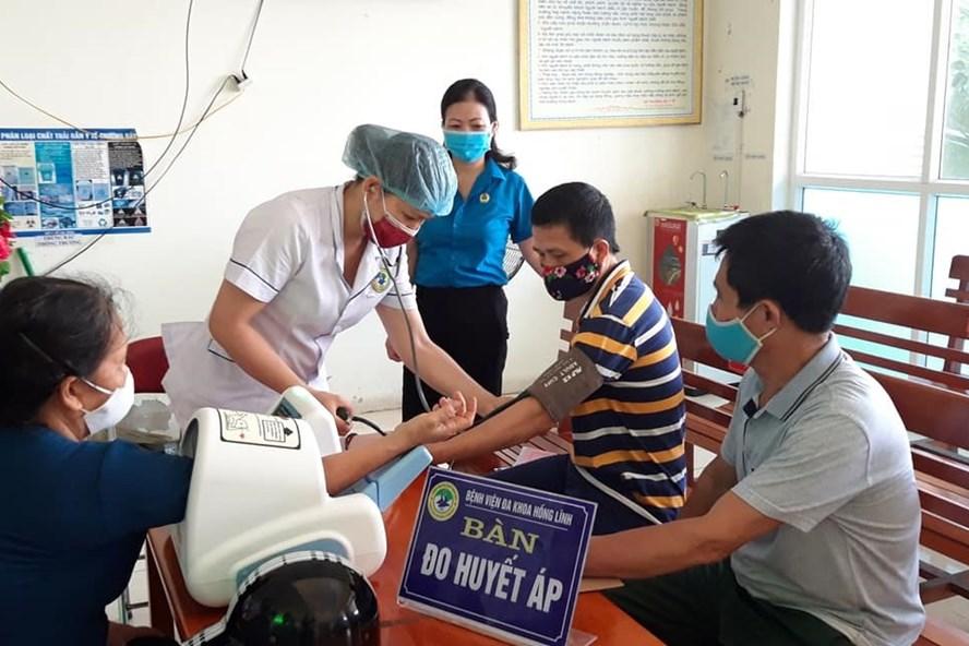 LĐLĐ thị xã Hồng Lĩnh phối hợp cùng Công đoàn cơ sở Công ty Môi trường đô thị khám sức khỏe cho công nhân. Ảnh: CĐ
