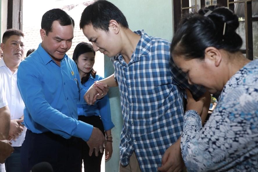 Chủ tịch Tổng LĐLĐVN Nguyễn Đình Khang thăm hỏi, tặng quà động viên gia đình anh Nguyễn Xuân Hải bị tai nạn lao động.  Ảnh: Hải Nguyễn