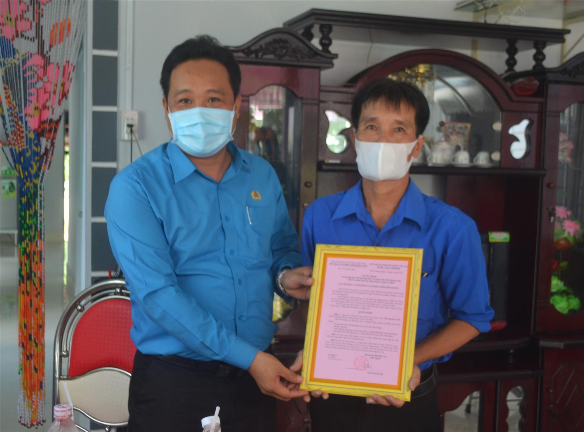 Ông Phạm Văn Đằng trao Giấy công nhận Mái ấm Công đoàn cho đoàn viên Trần Quang Vinh. Ảnh: LT