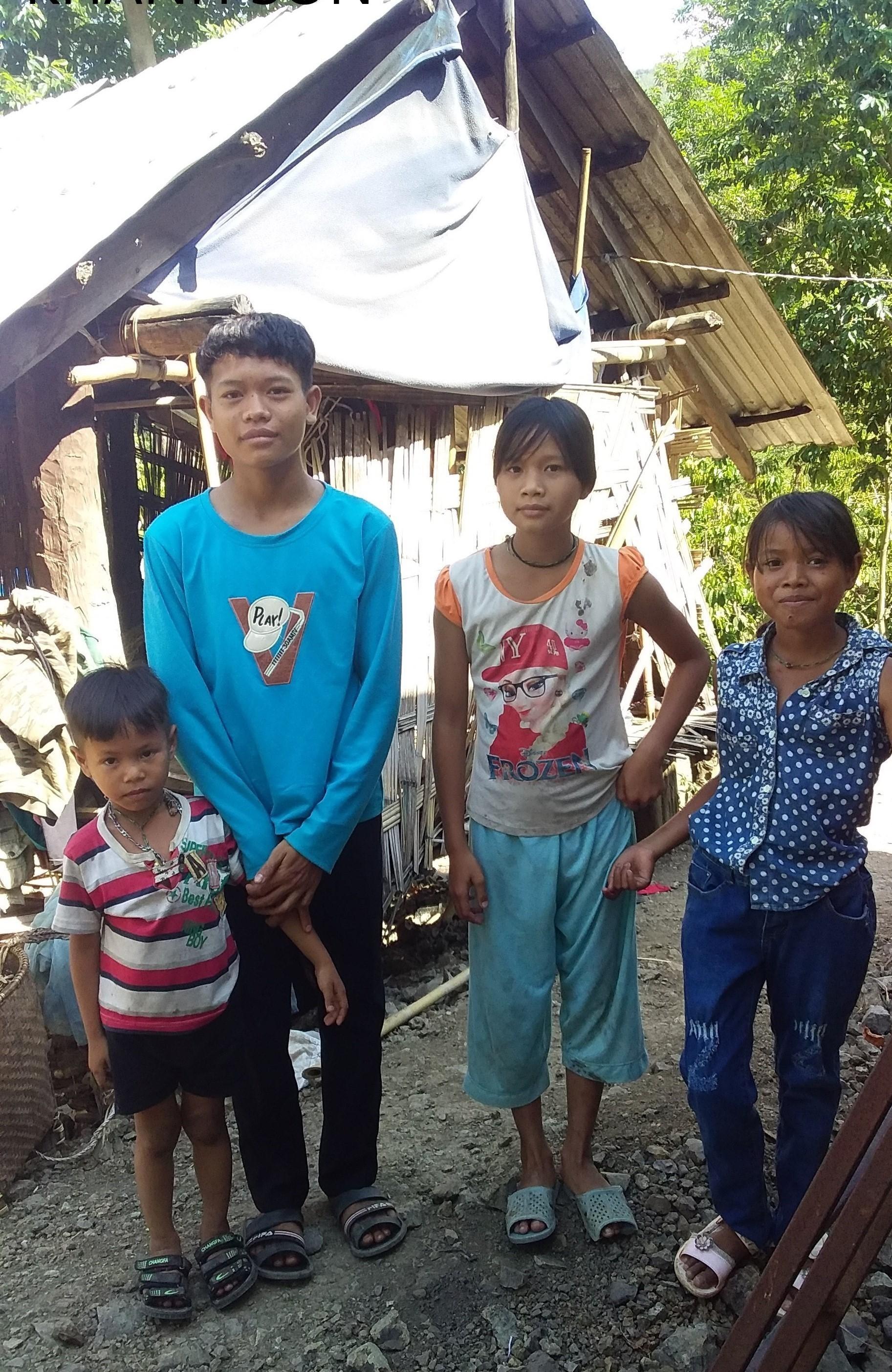 Niềm vui của 4 anh em Cao Thanh Doanh khi giấc mơ ngôi nhà mới khang trang để có nơi thờ tự bố mẹ sắp thành hiện thực. Ảnh: Huy Tôn