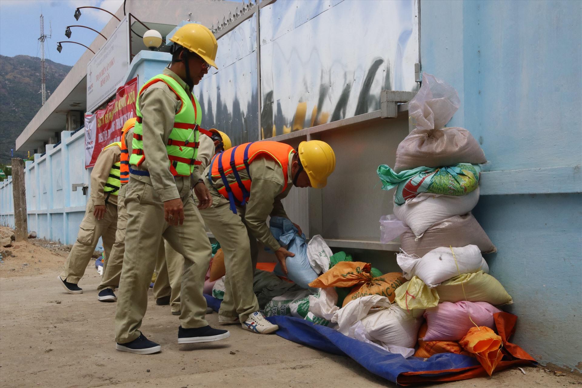Ngay khi có tin bão ca trực được tái lập tại Trạm TBA 110kV Bình Tân thực hiện ngăn nước, chuẩn bị máy bơm nước không để ngập trạm. Ảnh: Phương Linh