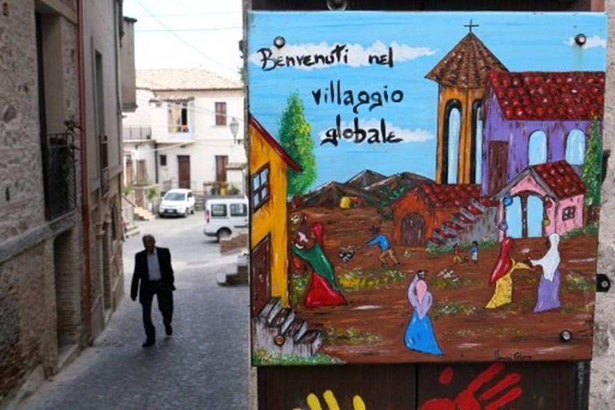Giá nhà chỉ có 1 bảng Anh ở ngôi làng miễn nhiễm COVID-19 ở Italia. Ảnh: AFP