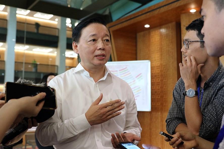 Bộ trưởng Bộ Tài nguyên và Môi trường Trần Hồng Hà trả lời phỏng vấn báo chí bên hành lang Quốc hội ngày 12.6. Ảnh: Khương Trung