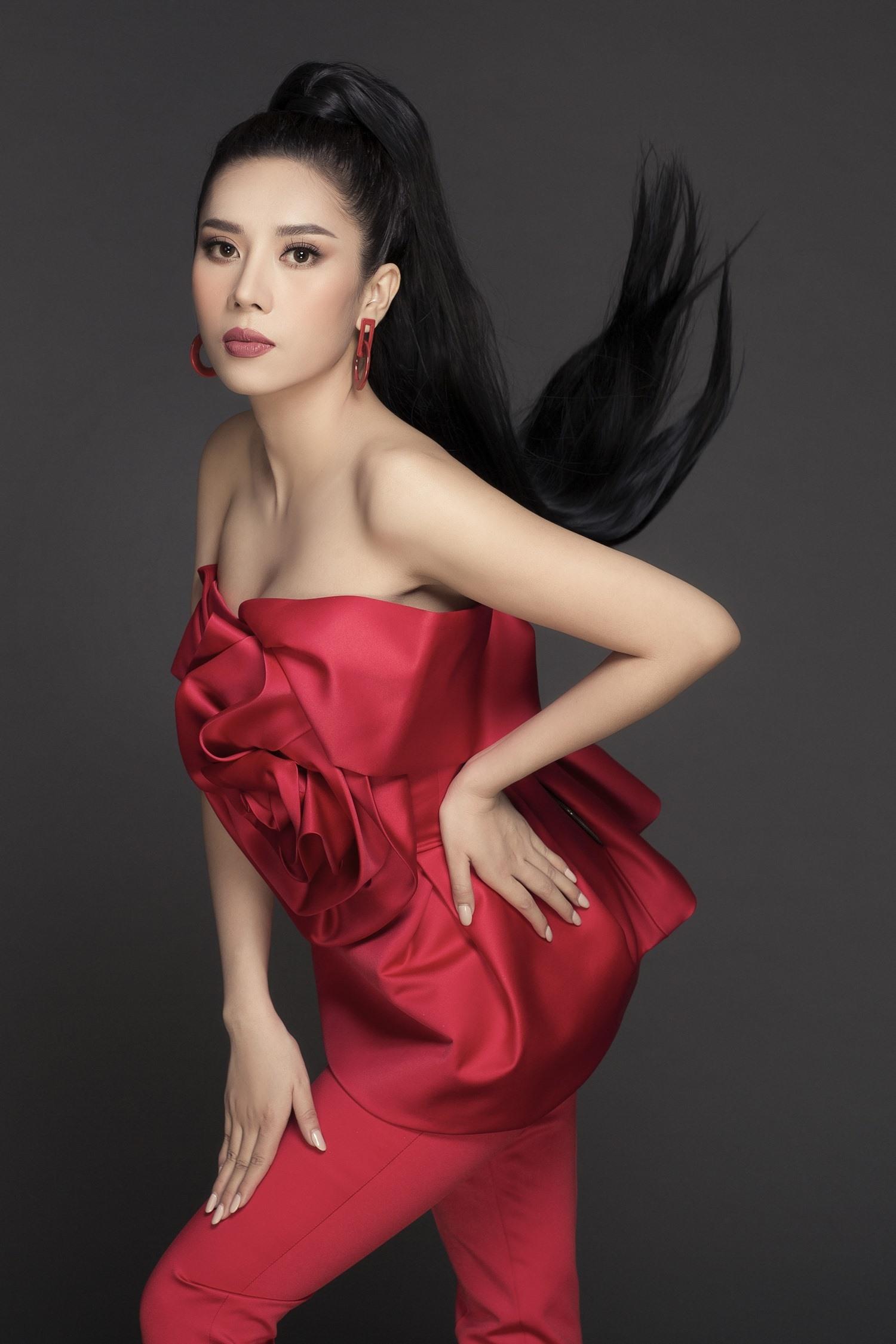 Diện bộ trang phục màu đỏ được thiết kế ấn tượng, có điểm nhấn là bông hồng độc đáo khoe đôi vai thon thả, Dương Yến Nhung dễ dàng lôi cuốn được sự chú ý của mọi người vì vừa ngọt ngào nhưng lại đầy vẻ kiêu sa. Bên cạnh đó, Dương Yến Nhung cũng thử sức với những dáng chụp ảnh mới như nghiêng mình, nắm tóc... để mang đến sự thú vị cho bộ ảnh. Với bề dày hoạt động nhiều năm trong nghệ thuật, cô luôn biết cách làm mới hình ảnh và phong cách của mình trong mắt công chúng.Ảnh: Phan Tiến Vũ
