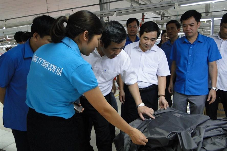 Đại diện Tỉnh ủy, LĐLĐ tỉnh Thái Bình thăm và tặng quà công nhân lao động tại Công ty TNHH Sơn Hà (huyện Kiến Xương, Thái Bình). Ảnh: Bá Mạnh