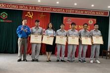 Người lao động Công ty CP Hoá chất Việt Trì nhận Bằng khen của Tổng LĐLĐVN