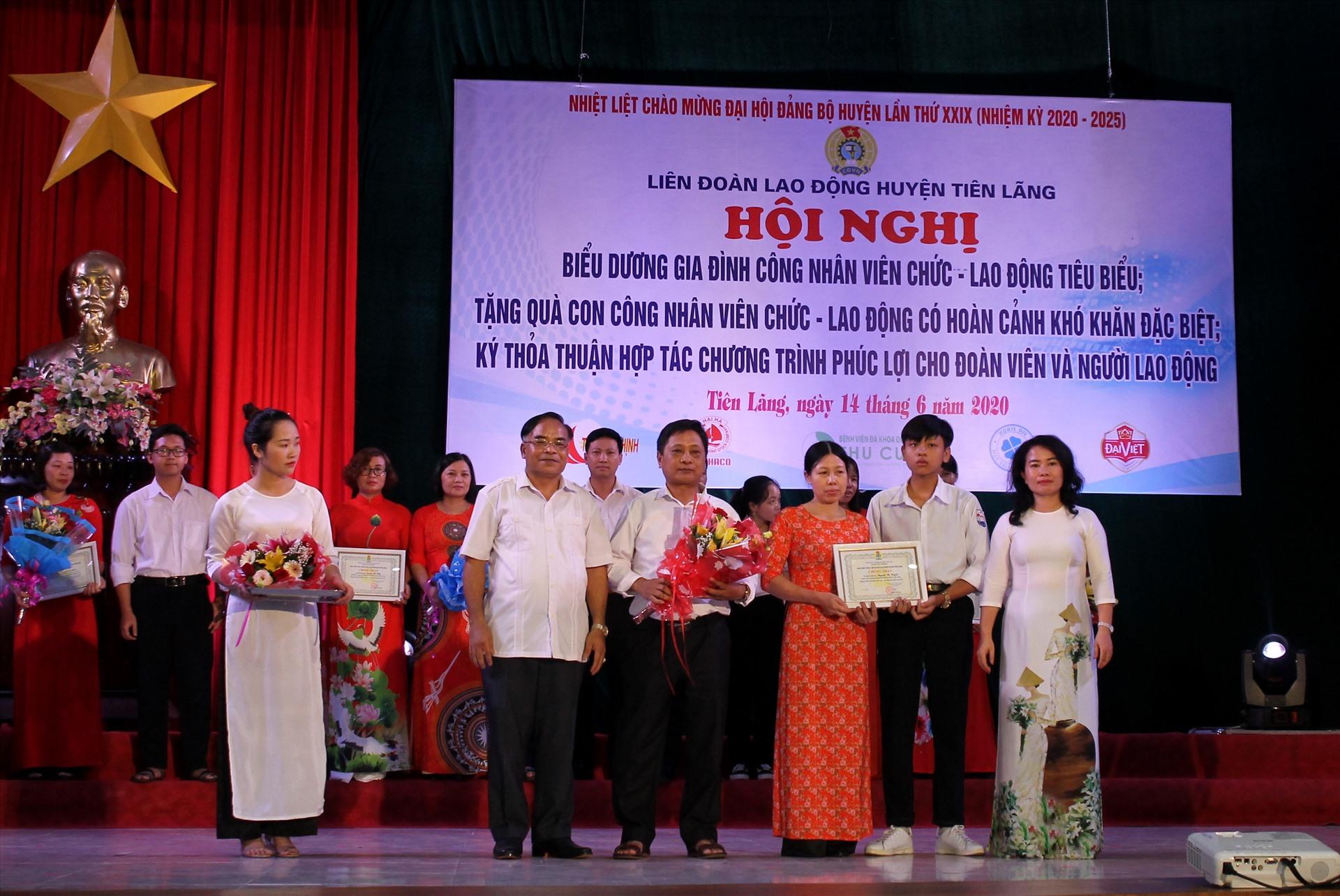 LĐLĐ huyện Tiên Lãng biểu dương gia đình CNVCLĐ tiêu biểu 2019. Ảnh MD