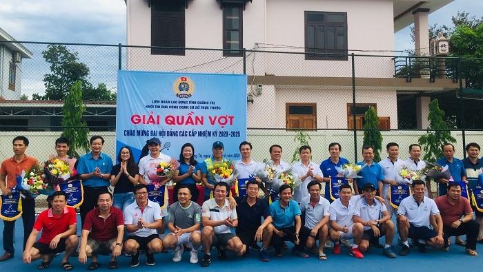 Các vận động viên tham gia Giải Quần vợt nhận hoa của lãnh đạo LĐLĐ tỉnh Quảng Trị và Ban tổ chức. Ảnh: HT.