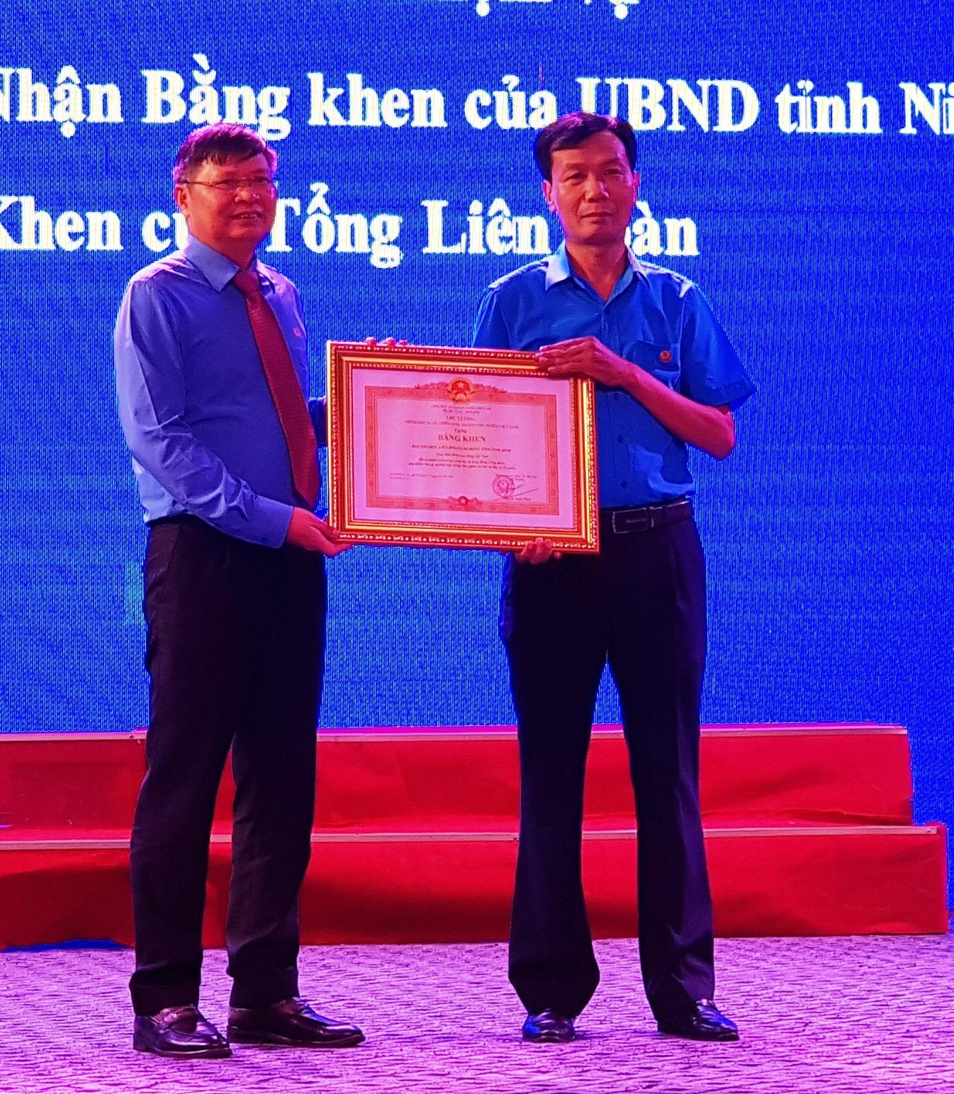 Đồng chí Phan Văn Anh, Phó chủ tịch Tổng LĐLĐ Việt Nam trao Bằng khen của Thủ tướng Chính phủ cho Ban Tổ chức LĐLĐ tỉnh Ninh Bình. Ảnh: NT
