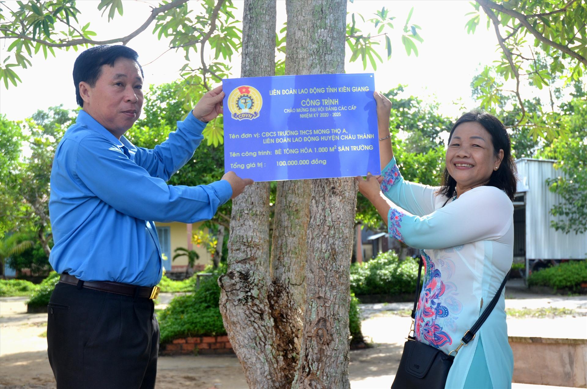 Chủ tịch LĐLĐ Kiên Giang gắn biển công nhận công trình CĐCS Trường THCS Mong Thọ A. Ảnh: LT
