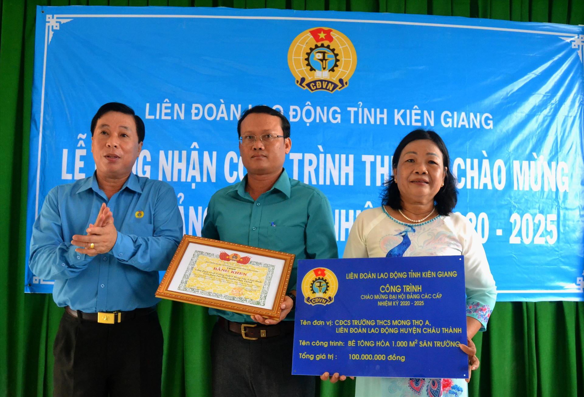 Tặng Bằng khen LĐLĐ cho công trình CĐCS Trường THCS Mong Thọ A. Ảnh: LT