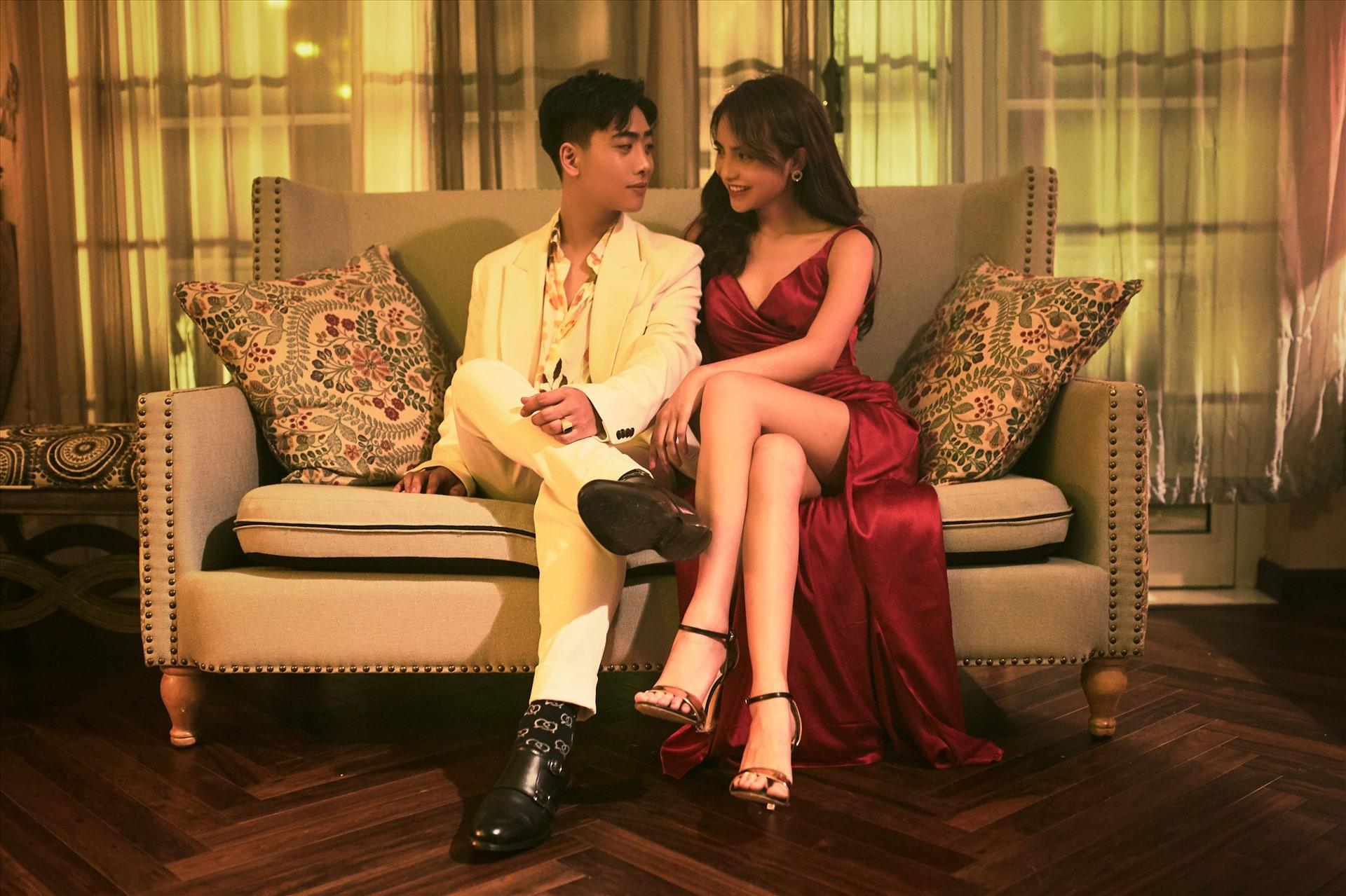 Đóng cặp với nam ca sĩ trẻ là Top 6 The Face - Bùi Linh Chi thu hút nhiều sự chú ý của người xem.