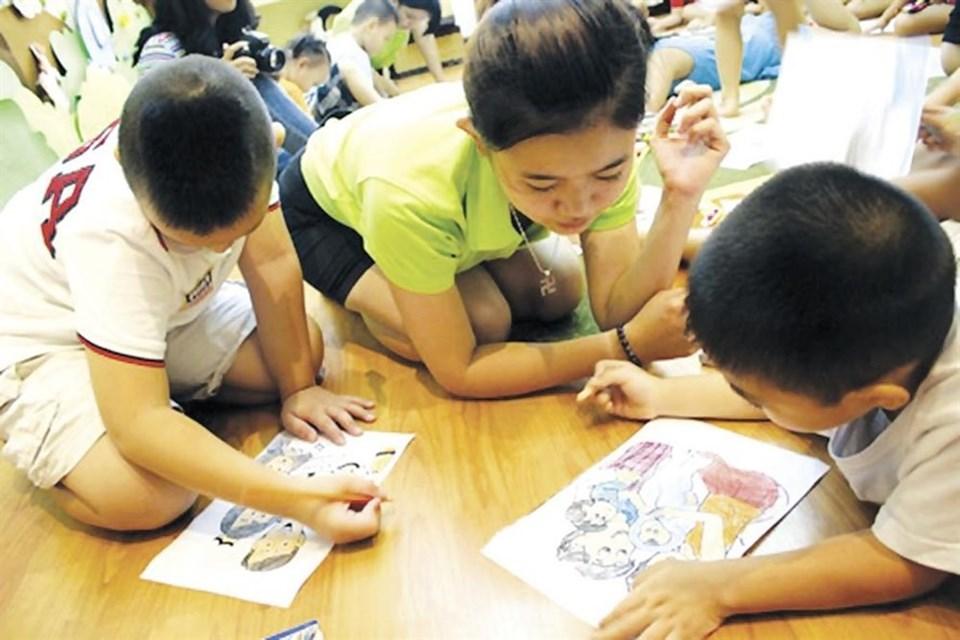 Bảo đảm 100% gia đình có trẻ em được cung cấp kiến thức, kỹ năng về bảo vệ trẻ em. Ảnh Nguyễn Loan.