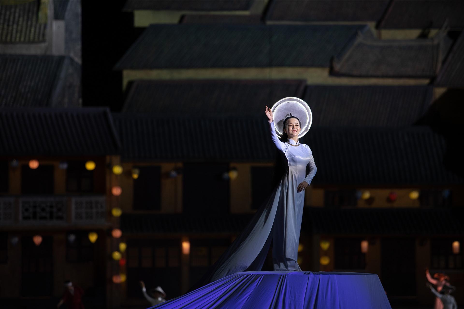 Diễn viên Trần Hằng - cô gái áo dài bêng khun cửi luôn tỏa sáng vào cuối show diễn - hình ảnh đặc biệt trong chương trình thực cảnh Ký ức Hội An