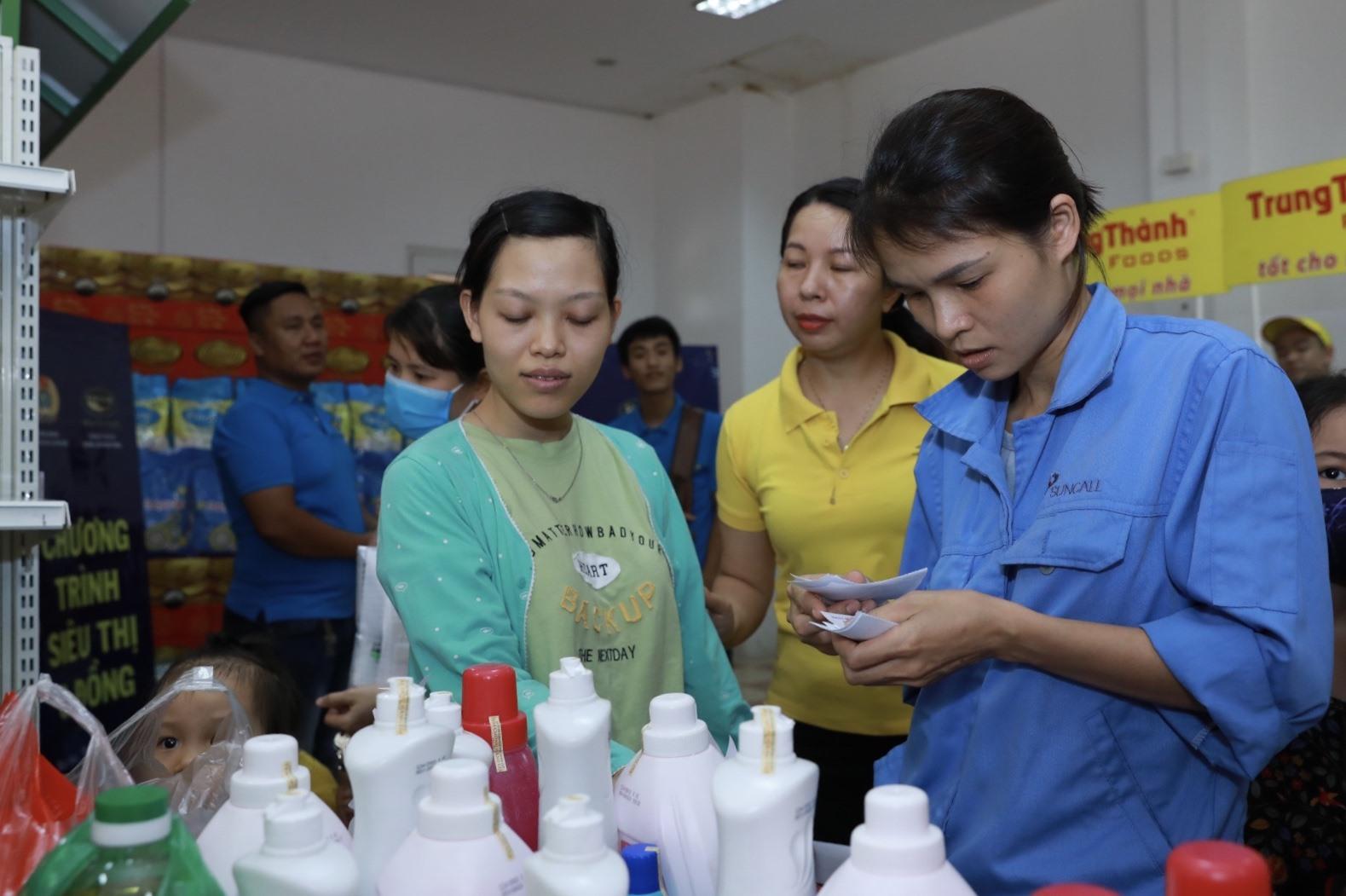 Công nhân lao động lựa chọn các mặt hàng tại Siêu thị 0 đồng sáng 20.6. Ảnh: Hải Nguyễn