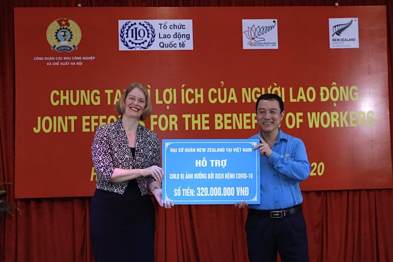Ông Đinh Quốc Toản - Chủ tịch Công đoàn Các khu công nghiệp và chế xuất Hà Nội nhận hỗ trợ tổ chức Siêu thị 0 đồng từ Đại sứ New Zealand. Ảnh: Hải Nguyễn