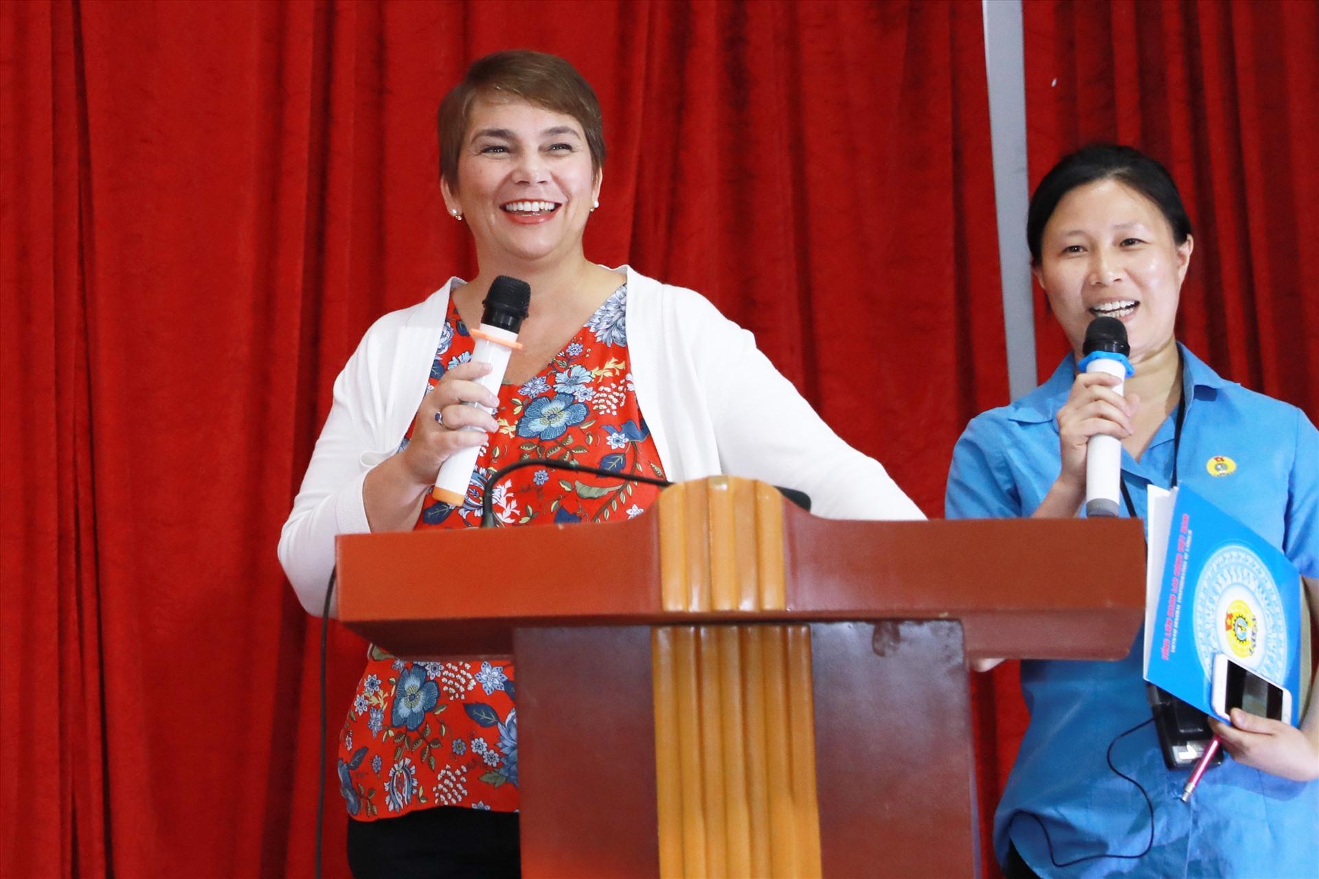 Đại diện ILO tại Việt Nam (bên trái) phát biểu tại khai mạc Siêu thị 0 đồng. Ảnh: Hải Nguyễn