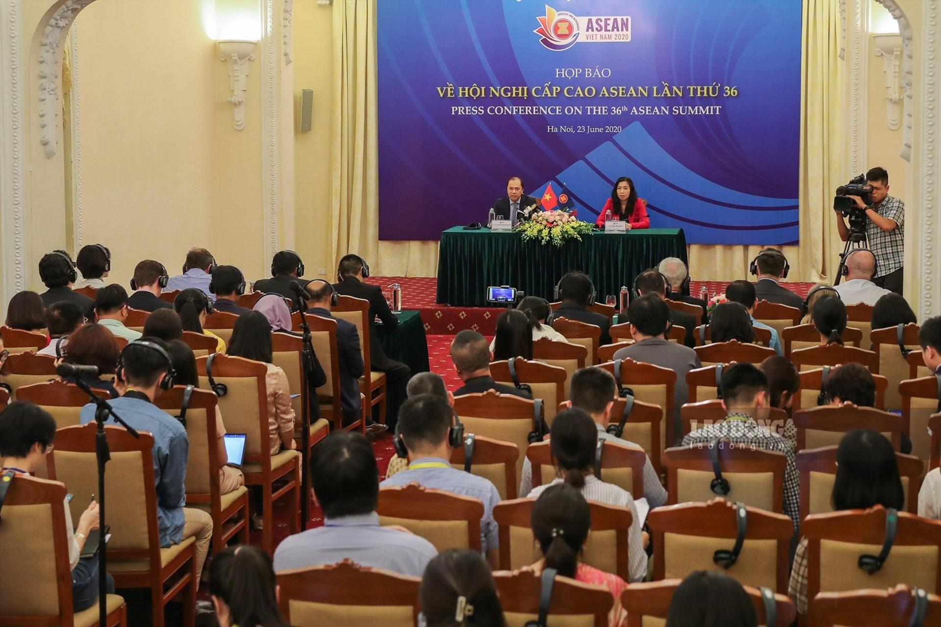 Toàn cảnh phiên họp báo quốc tế chiều 23.6. Ảnh: Sơn Tùng.